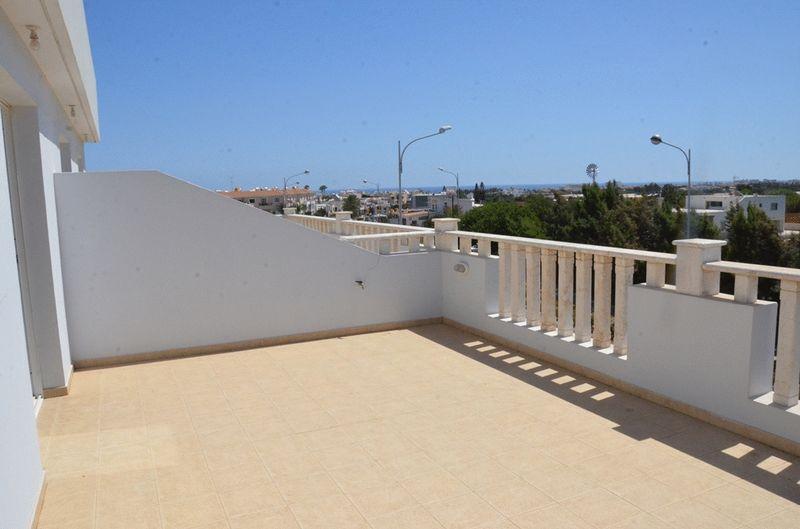 2 Bedroom Top Floor Apt with Sea View